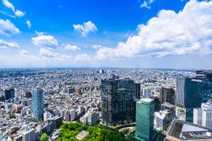 広がる青空と都会のビル群