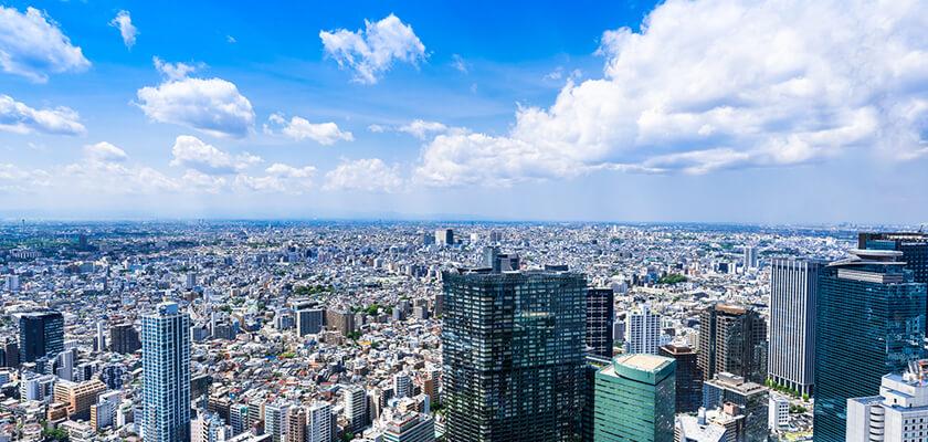 青空と東京の高層ビル群